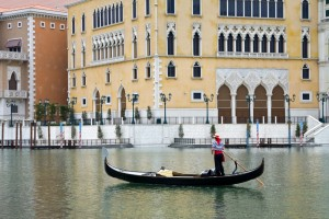 Mand der sejler i gondol i The Venetian Las Vegas